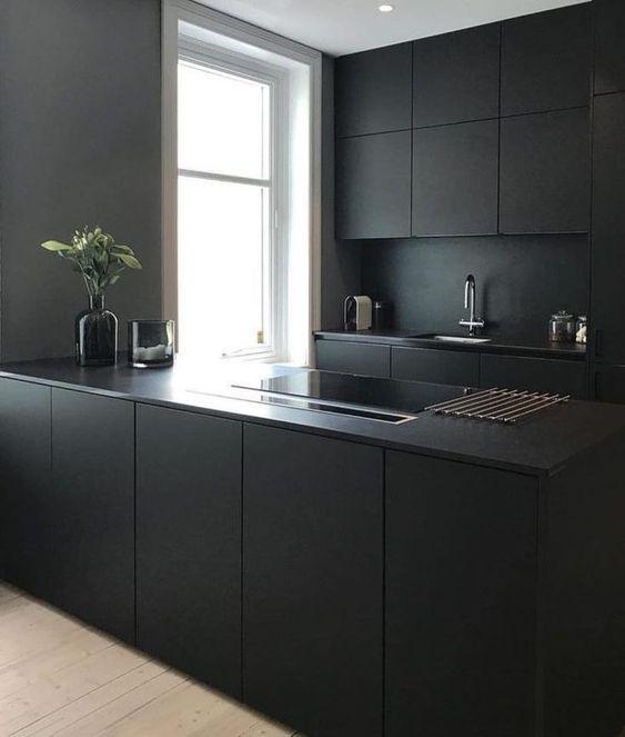 pilka_juoda_virtuve_
