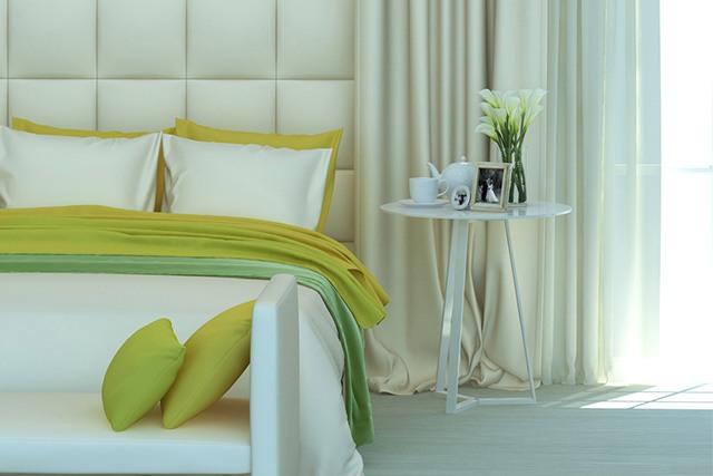 pilkšvai žalia spalva miegamajame